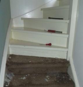 Vloerbedekking van uw trap verwijderen.